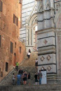 イタリアのシエナ大聖堂の裏の階段から